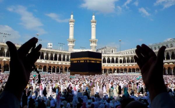 Praying-at-the-Kaaba-600x370
